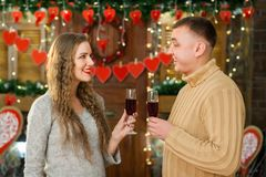 Вино человека и женщины выпивая на день ` s валентинки Стоковые Фотографии RF