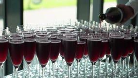 Вино человека лить к стеклу сток-видео