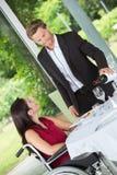 Вино человека лить к ladys стеклянным Стоковое Изображение RF