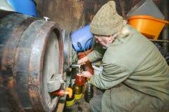 Вино человека лить от бочонка стоковые фотографии rf