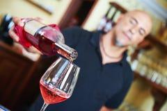 вино человека стоковая фотография