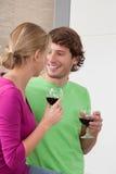 Вино людей говоря и выпивая Стоковые Изображения