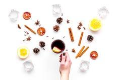 вино mulled ингридиентами Циннамон специй и badian, цитрусовые фрукты на белом взгляд сверху предпосылки Стоковые Изображения