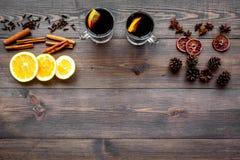 вино mulled ингридиентами Циннамон специй и badian, цитрусовые фрукты на темном деревянном copyspace взгляд сверху предпосылки Стоковые Фото