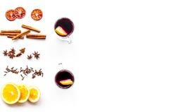 вино mulled ингридиентами Циннамон специй и badian, цитрусовые фрукты на белом copyspace взгляд сверху предпосылки Стоковое фото RF