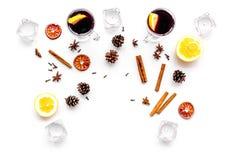вино mulled ингридиентами Циннамон специй и badian, цитрусовые фрукты на белом copyspace взгляд сверху предпосылки Стоковое Изображение