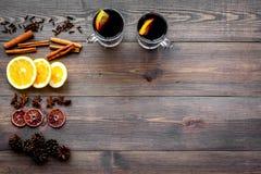 вино mulled ингридиентами Циннамон специй и badian, цитрусовые фрукты на темном деревянном copyspace взгляд сверху предпосылки Стоковая Фотография RF
