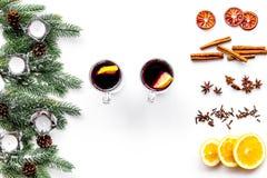 вино mulled ингридиентами Циннамон специй и badian, цитрусовые фрукты на белом copyspace взгляд сверху предпосылки Стоковые Изображения RF