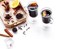 вино mulled ингридиентами Циннамон специй и badian, цитрусовые фрукты на белом copyspace предпосылки Стоковое Изображение