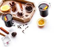 вино mulled ингридиентами Циннамон специй и badian, цитрусовые фрукты на белом copyspace предпосылки Стоковая Фотография RF