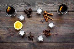 вино mulled ингридиентами Циннамон специй и badian, цитрусовые фрукты на темном деревянном взгляд сверху предпосылки Стоковое Изображение