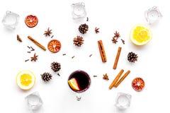 вино mulled ингридиентами Циннамон специй и badian, цитрусовые фрукты на белом взгляд сверху предпосылки Стоковое фото RF