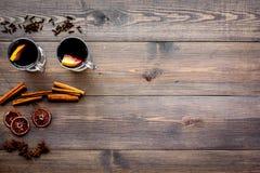 вино mulled ингридиентами Циннамон специй и badian, цитрусовые фрукты на темном деревянном copyspace взгляд сверху предпосылки Стоковые Изображения RF
