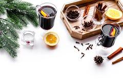 вино mulled ингридиентами Циннамон специй и badian, цитрусовые фрукты на белом copyspace предпосылки Стоковые Изображения