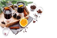 вино mulled ингридиентами Циннамон специй и badian, цитрусовые фрукты на белом copyspace предпосылки Стоковые Фотографии RF