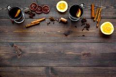 вино mulled ингридиентами Циннамон специй и badian, цитрусовые фрукты на темном деревянном copyspace взгляд сверху предпосылки Стоковое Фото