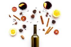вино mulled ингридиентами Wine в бутылке, циннамоне специй и badian, цитрусовые фрукты на белом взгляд сверху предпосылки Стоковая Фотография