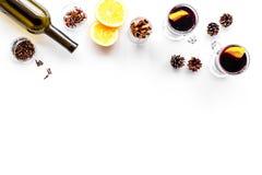 вино mulled ингридиентами Wine в бутылке, циннамоне специй и badian, цитрусовые фрукты на белом взгляд сверху предпосылки Стоковая Фотография RF