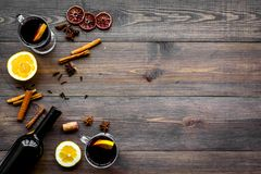 вино mulled ингридиентами Wine в бутылке, циннамоне специй и badian, цитрусовые фрукты на темной деревянной верхней части предпос Стоковые Изображения RF