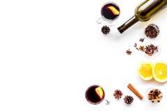 вино mulled ингридиентами Wine в бутылке, циннамоне специй и badian, цитрусовые фрукты на белом взгляд сверху предпосылки Стоковое фото RF