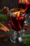 вино mulled рождеством Концепция праздника украшенная с ветвями, клюквами и специями ели Стоковое Фото