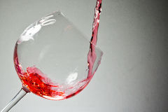 Вино puring внутри к бокалу Стоковая Фотография