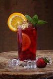 Вино Sangrija в прозрачном стекле с клубникой, или Стоковые Изображения