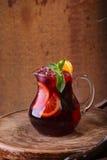 Вино Sangrija с апельсином в прозрачном кувшине на деревянном Стоковая Фотография RF