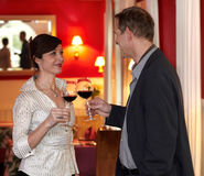 вино toasting пар романтичное Стоковые Изображения RF