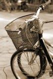 Винтажная автостоянка велосипеда на улице Стоковая Фотография RF