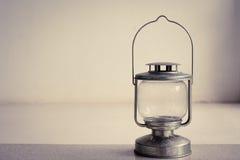Винтажная лампа фонарика масла керосина стоя на поле цемента с белой предпосылкой стены Стоковые Изображения RF