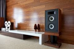 Винтажная аудиосистема в minimalistic современном интерьере Стоковое Изображение