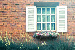 Винтажная белая оконная рама на античной кирпичной стене с li утра Стоковая Фотография