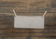 Винтажная бирка коробки, бумага для примечания с зажимкой для белья и веревочка Стоковое Изображение