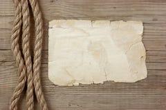 Винтажная бумага и веревочка на деревянных досках стоковое изображение