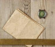 винтажная бумага и старый сломленный дозор стоковая фотография