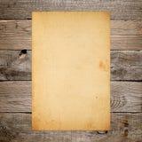 Винтажная бумага на старой древесине Стоковая Фотография