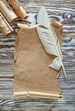 Винтажная бумага свертывает перо пергамента на деревянной доске Стоковые Фотографии RF
