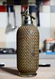 Винтажная бутылка сельтерской воды на таблице Стоковая Фотография RF