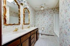 Винтажная ванная комната стиля с флористическими бумагой и золотом стены наполнилась до краев m Стоковое Изображение