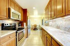 Винтажная ванная комната стиля с флористическими бумагой и золотом стены наполнилась до краев m Стоковое Изображение RF