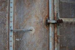 Винтажная дверь или старая дверь с близким положением, старая дверь запертая, не могут пройти повреждение причины двери Стоковые Фото
