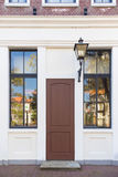 Винтажная дверь и окно перед домом Стоковые Изображения