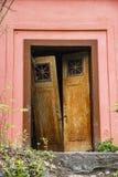 Винтажная дверь на покинутом доме Стоковое фото RF