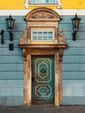 Винтажная дверь на старом фасаде здания с ретро лампой Стоковое Фото