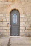 Винтажная дверь с поясами металла и заклепками и запертым окном, монастырем Стеллы Maris в Хайфе Стоковое Изображение