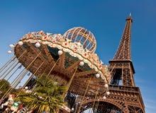 Винтажная весел-идти-круглая и Эйфелева башня Стоковые Изображения RF