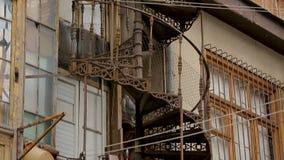 Винтажная винтовая лестница в Тбилиси, Georgia, старой архитектуре, входе акции видеоматериалы