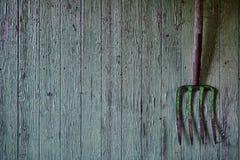 Винтажная вила на древесине используемой зеленым цветом Стоковое фото RF