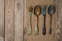 Винтажная вилка и ложка на деревянном столе стоковое фото rf